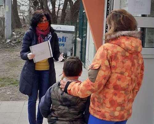 НПО дарява храна и знание в ромските общности