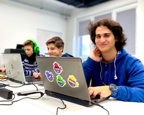 Технологичната програма, която задържа младите в България
